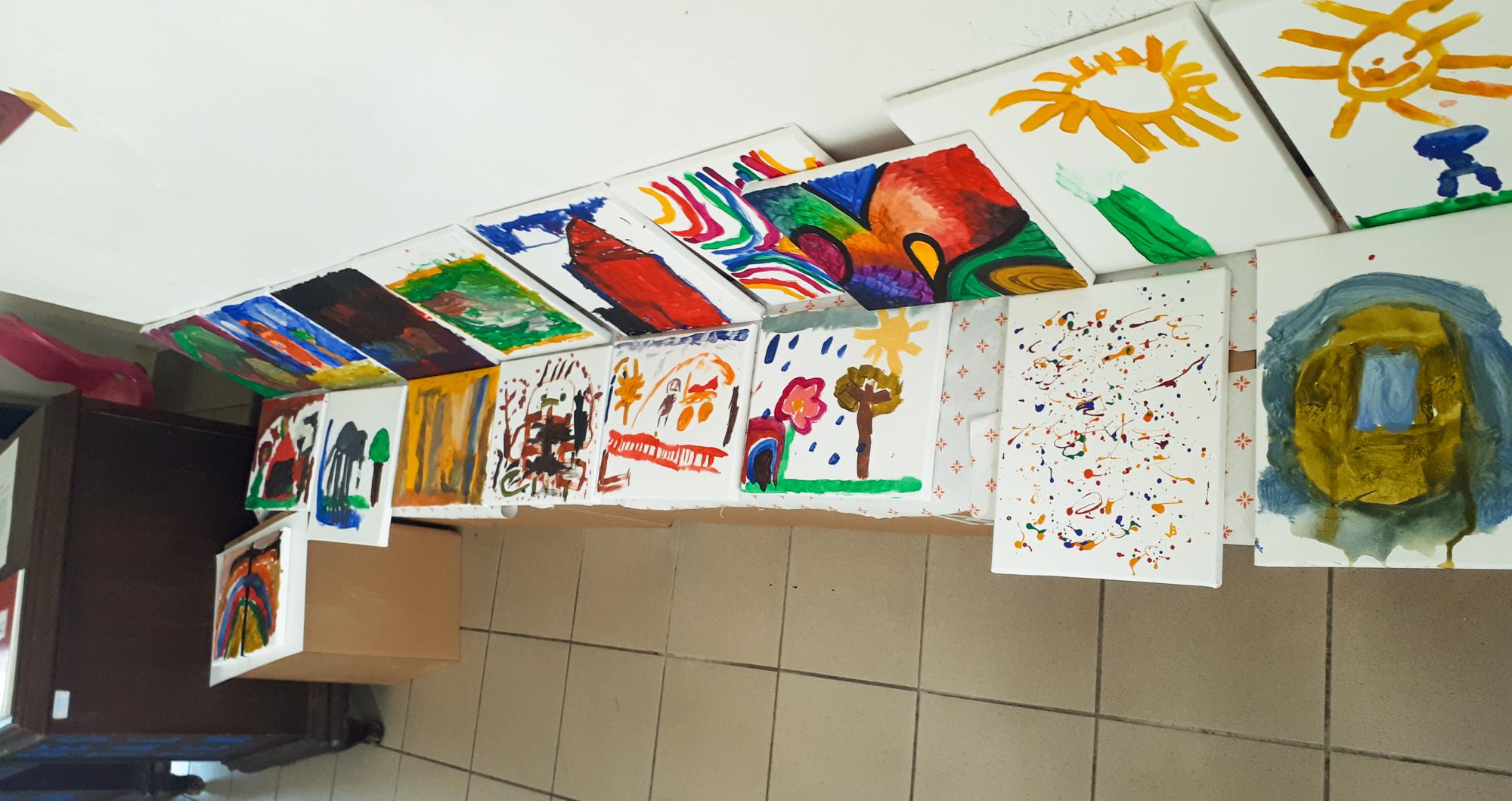Kinder der Kita Rhäsa besuchen die Künstlerin Anke Kutzschbauch im Öffentlichen Atelier