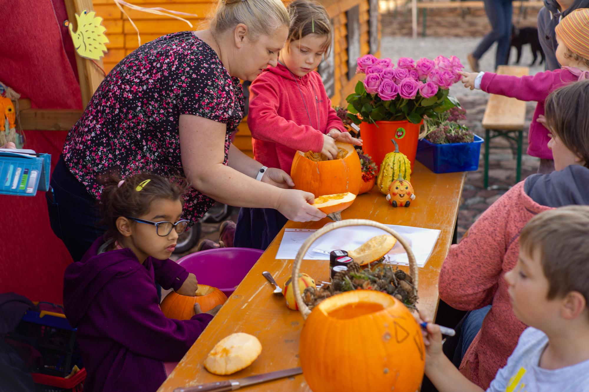 Kürbis schnitzen mit Schülern und Eltern der Grundschule Raußlitz