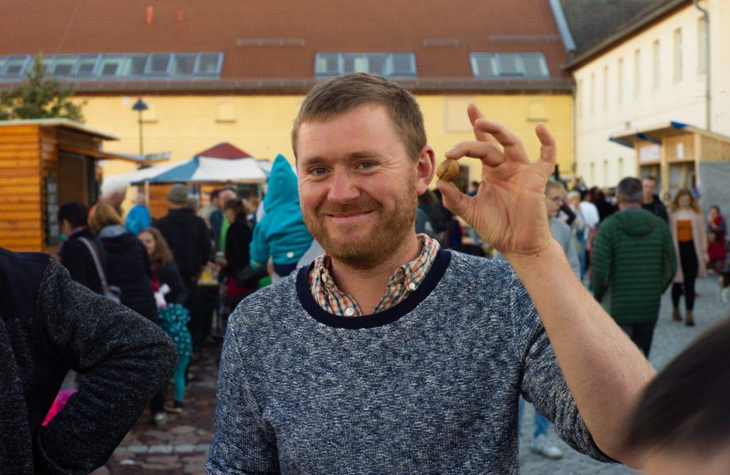 Jeder Besucher erhielt beim Markt der Möglichkeiten eine nummerierte Walnuss um seine/n Lieblingsstand zu wählen